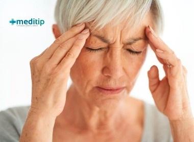 Causas del dolor de cabeza: persona con dolor de cabeza